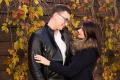 男孩庭院女孩亲吻的爱情小说 图库摄影