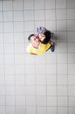 男孩庭院女孩亲吻的爱情小说 男人和妇女商业中心 库存图片