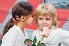 男孩庭院女孩亲吻的爱情小说 库存图片