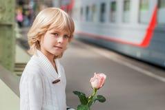男孩庭院女孩亲吻的爱情小说 免版税图库摄影