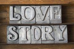 男孩庭院女孩亲吻的爱情小说 库存照片