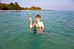 年轻男孩开始潜航 免版税库存图片