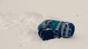 男孩开掘在雪的一个孔和攀登入它 影视素材