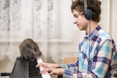 男孩弹钢琴 免版税库存图片
