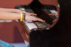 男孩弹钢琴 库存照片