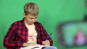 男孩录影博客作者为剧情写一个剧本 影视素材