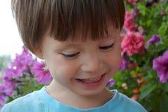 男孩微笑和被迷惑 免版税库存照片