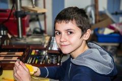 男孩微笑的绘画工艺项目 库存照片