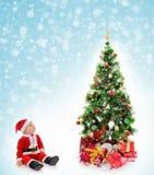 男孩快乐的克劳斯帽子圣诞老人 图库摄影
