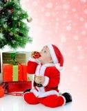 男孩快乐的克劳斯帽子圣诞老人 库存照片