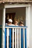 男孩愉快在一个老房子的门廊 免版税库存图片