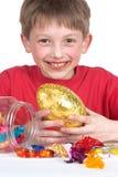 男孩愉快的复活节彩蛋 免版税库存图片