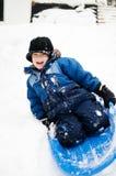 男孩愉快的小的雪撬 免版税库存照片
