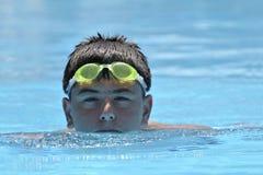 男孩愉快的池游泳 免版税图库摄影