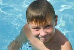 男孩愉快的池 免版税图库摄影