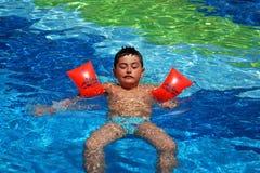 男孩愉快的游泳 库存图片