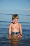 男孩愉快的湖游泳 免版税库存照片