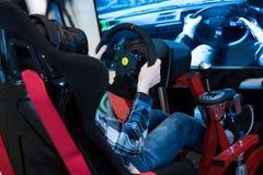 男孩戏剧与虚拟现实设备的电子游戏 图库摄影