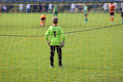 年轻男孩戏剧足球比赛 图库摄影