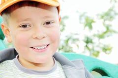 男孩户外微笑暴牙 免版税图库摄影