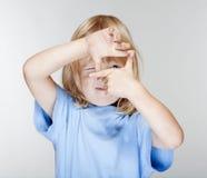 男孩手指框架查找 图库摄影