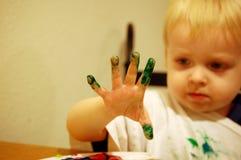 男孩手指油漆 免版税库存图片