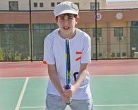 男孩打网球 免版税图库摄影