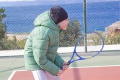 男孩打网球 图库摄影