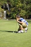 男孩打高尔夫球的年轻人 库存照片