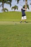 男孩打高尔夫球的青春期前 库存照片