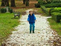 男孩投掷的小卵石 库存照片