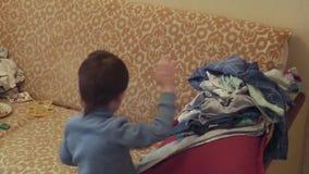 男孩折叠衣裳 股票视频