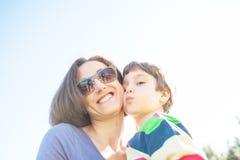 男孩拥抱他的母亲 免版税库存照片