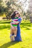 男孩拥抱他的母亲 免版税库存图片