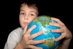 男孩拥抱地球查出的世界 免版税库存照片