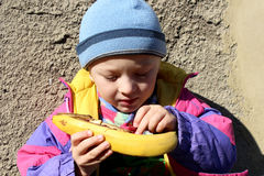 男孩拿着一个香蕉 免版税图库摄影