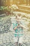 男孩拿着一个绿色复活节彩蛋-减速火箭 库存图片