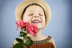 男孩拿着一朵玫瑰花 免版税库存图片