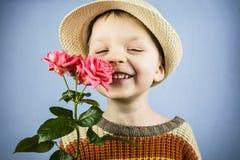 男孩拿着一朵玫瑰花 免版税库存照片