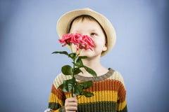 男孩拿着一朵玫瑰花 库存图片