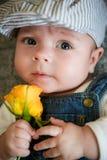 男孩拿着一朵黄色玫瑰手中 库存照片