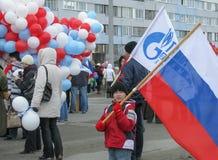男孩拿着俄罗斯的旗子 免版税库存图片
