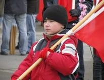 男孩拿着旗子 免版税图库摄影