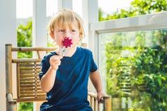 男孩拿着从龙果子的圆滑的人与一片薄荷的叶子和一根吸管 图库摄影