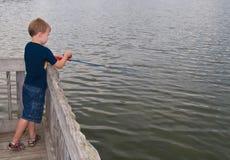 男孩捕鱼年轻人 库存图片