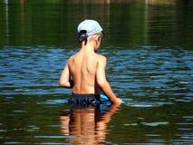 男孩捕鱼年轻人 免版税库存照片