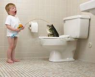 男孩捕鱼洗手间 免版税库存照片