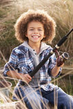 男孩捕鱼海边年轻人 图库摄影