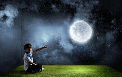 男孩探索的世界 免版税库存照片