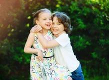 男孩接受女孩和微笑 图库摄影